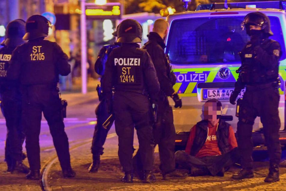 Auf dem Hasselbachplatz in Magdeburg ist es in der Nacht zu Freitag wieder zu Ausschreitungen gekommen. Dabei wurde ein Verdächtiger festgenommen.