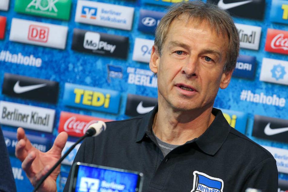 Jürgen Klinsmann spricht auf der Pressekonferenz vor dem Spiel gegen Borussia Dortmund.