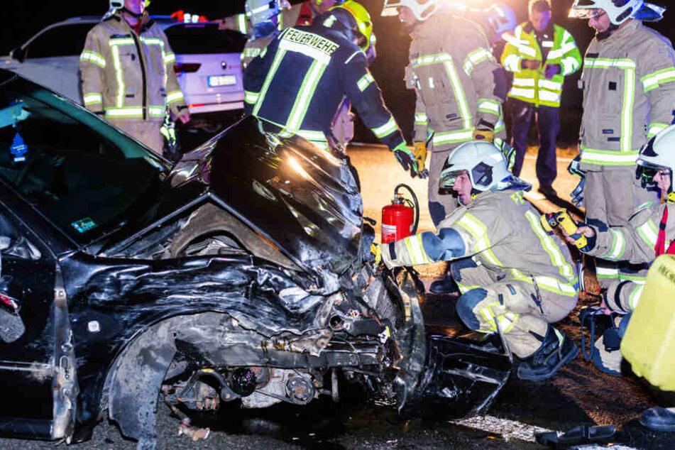 Die Feuerwehrleute begutachteten die Unfallfahrzeuge ganz genau.