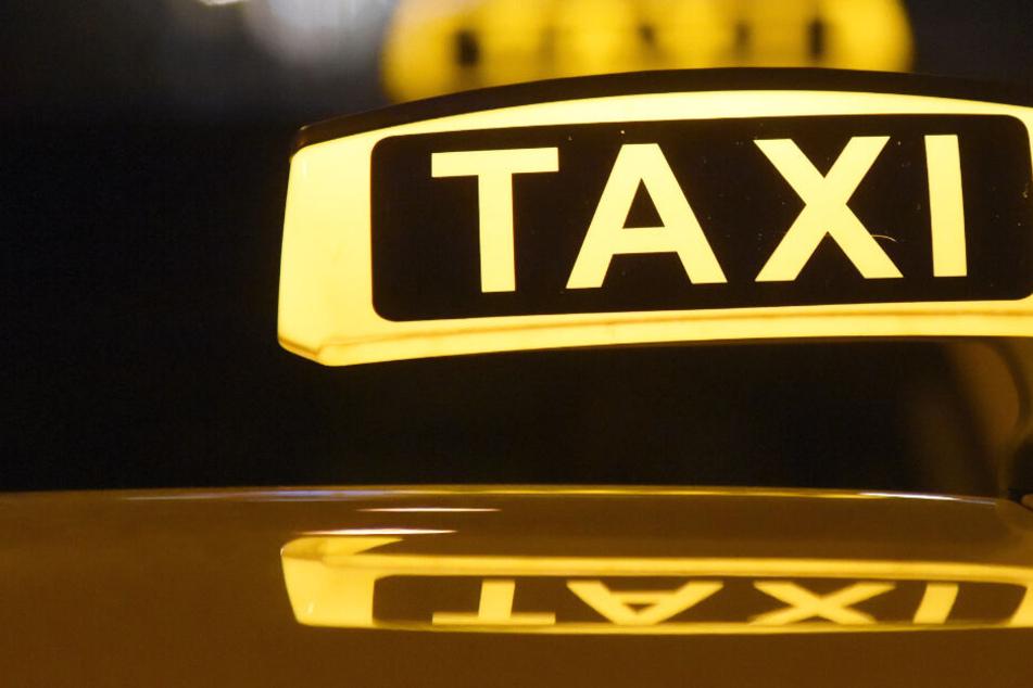Fußgänger von Taxi gerammt und schwer verletzt
