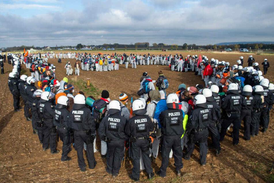 Die Polizei umzingelte einige Aktivisten, die in einen Tagebau rennen wollten.