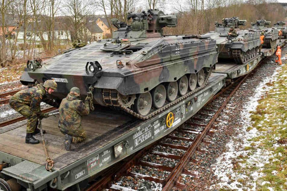 Hier machen sich Erzgebirgs-Panzer auf den Weg zur NATO-Mission