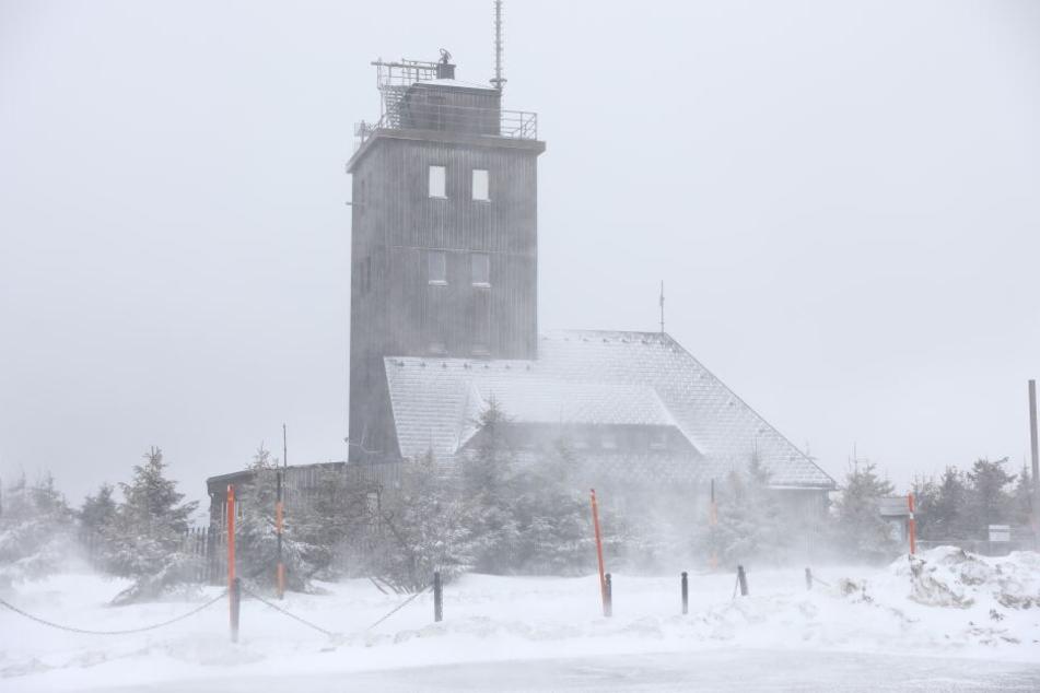 Auf dem Fichtelberg brachte ein Schneesturm Neuschnee.