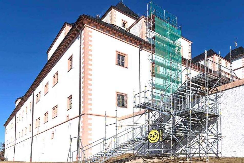 Über diese Treppe müssen sie kommen: Wegen einer Brückensanierung wurde für Fußgänger dieser Bypass auf Schloss Augustusburg gelegt.
