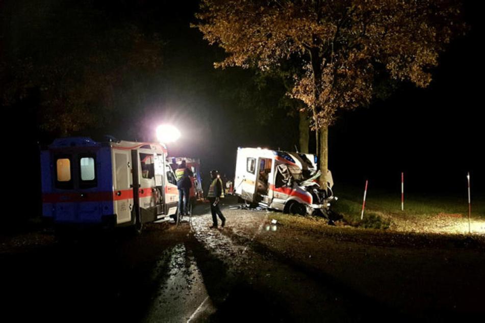 Bei einem Unfall mit einem Rettungswagen in Langen (Emsland) sind drei Menschen getötet worden.