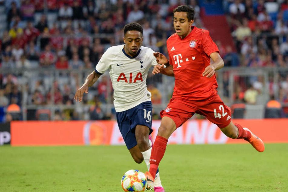 Kyle Walker-Peters von Tottenham (l) und Singh Sapreet vom FC Bayern München im Zweikampf um den Ball.