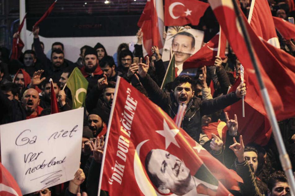 Türkische Fahnen und Erdogan-Bilder stehen bei seinen Anhängern gerade hoch  im Kurs.