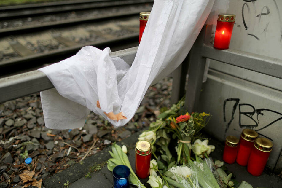 Trauernde haben am Tatort am Kölner Chlodwigplatz Kerzen und Blumen hinterlassen.