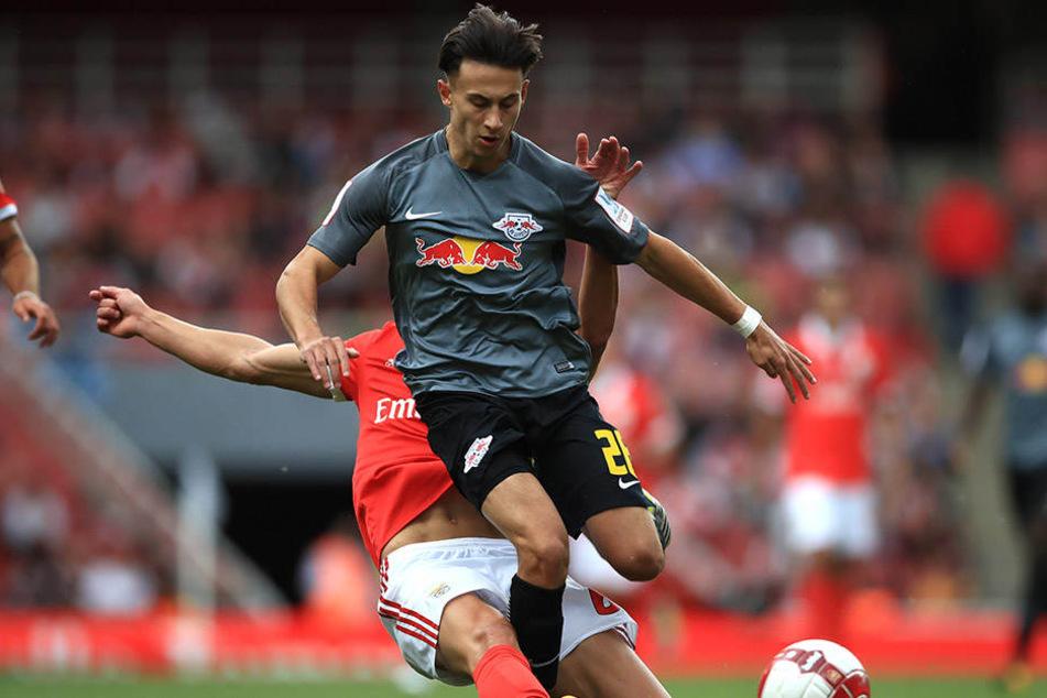 Nicolas Kühn beim 2:0-Testsieg gegen Benfica Lissabon: Die 17-jährige Sturmhoffnung gehört neben Abouchabaka und Federico Palacios (aus der U23 aufgestiegen) in der kommenden Saison zum Profikader der Roten Bullen.