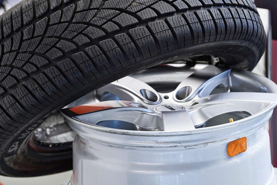 Am Ford des 79-Jährigen hätten sich beide Reifen der Vorderachse abgelöst. (Symbolbild)