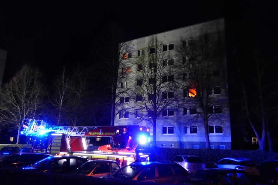Die Flammen schlagen aus dem Fenster der Wohnung.