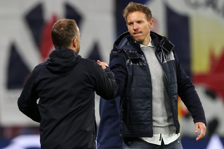 Geben sich die Klinke in die Hand: Julian Nagelsmann (33) wird Hansi Flick (56) im Sommer als Trainer des FC Bayern München ablösen. (Archivbild)