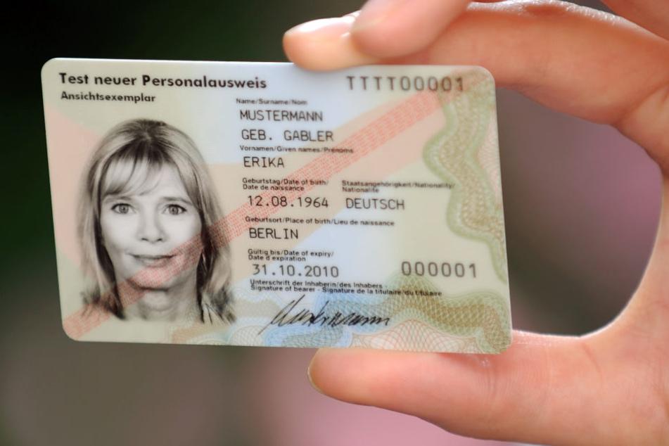 Sechs Stunden mussten Bielefelder warten, um auf dem Amt einen Personalausweis zu beantragen. (Symbolfoto: dpa)