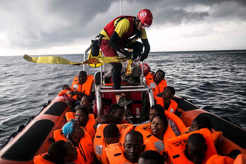 Ein Helfer öffnet eine Rettungsdecke für Flüchtlinge, die von Mitgliedern der spanischen Nichtregierungsorganisation Pro Activa Open Arms gerettet wurden.