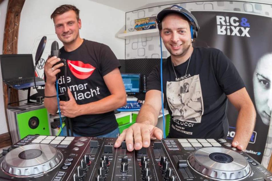Die DJs in ihrem kleinen Studio in Annaberg-Buchholz.