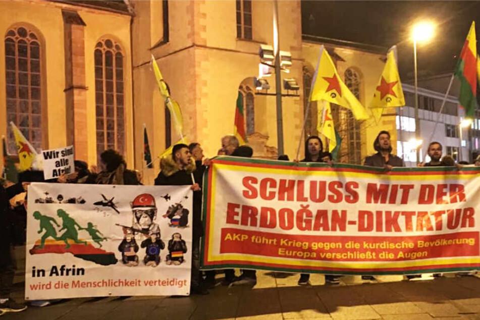 """Auf einem Banner warfen die Demonstranten dem türkischen Präsidenten Erdogan """"Diktatur"""" vor."""
