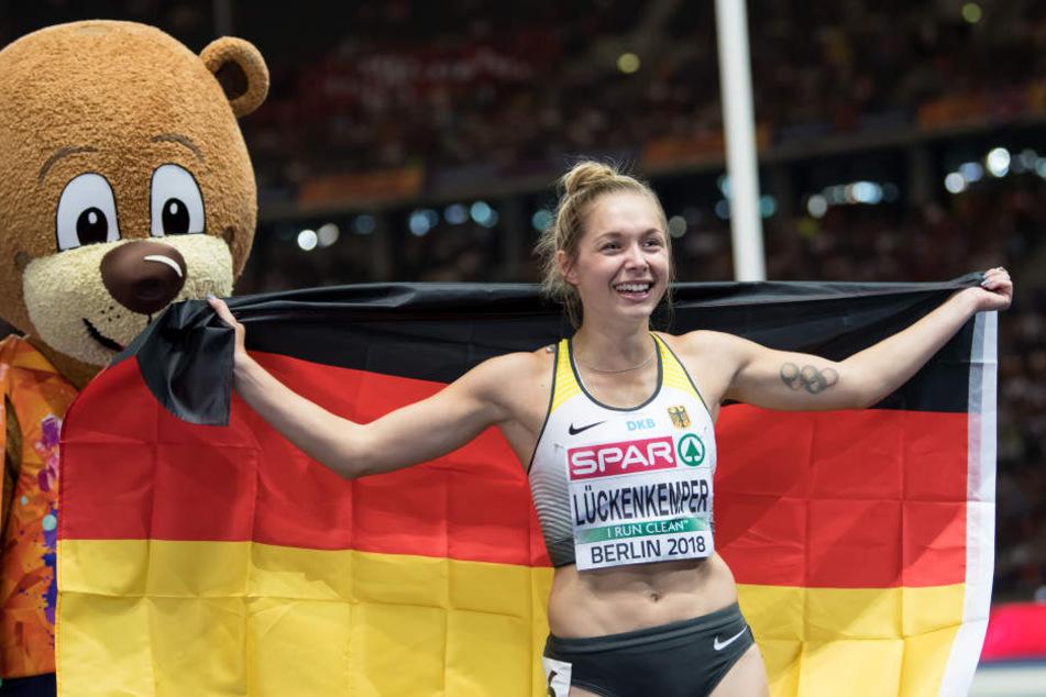 Sprinterin Gina Lückenkemper aus Deutschland jubelt über Silber neben Maskottchen Berlino.
