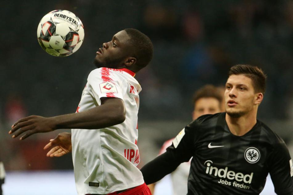Dayot Upamecano (links) schirmt den Ball vor Luka Jovic ab.