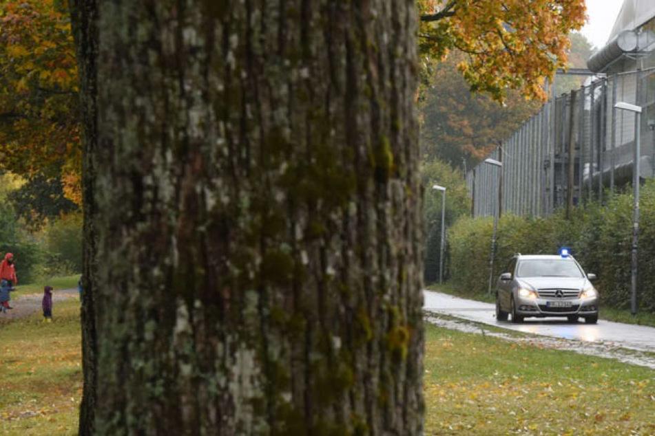 Ein Zivilfahrzeug der Polizei fährt am 18.10.2016 in Freiburg an einer Allee an der Dreisam entlang.