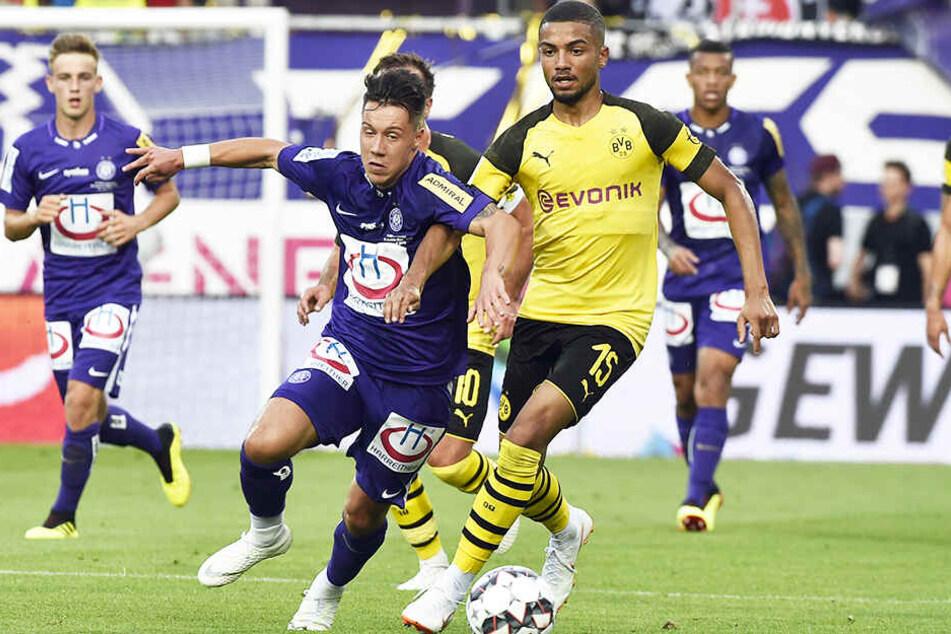 Jeremy Toljan (r.) wird Borussia Dortmund wohl verlassen und per Leihe zum schottischen Spitzenverein Celtic Glasgow wechseln.
