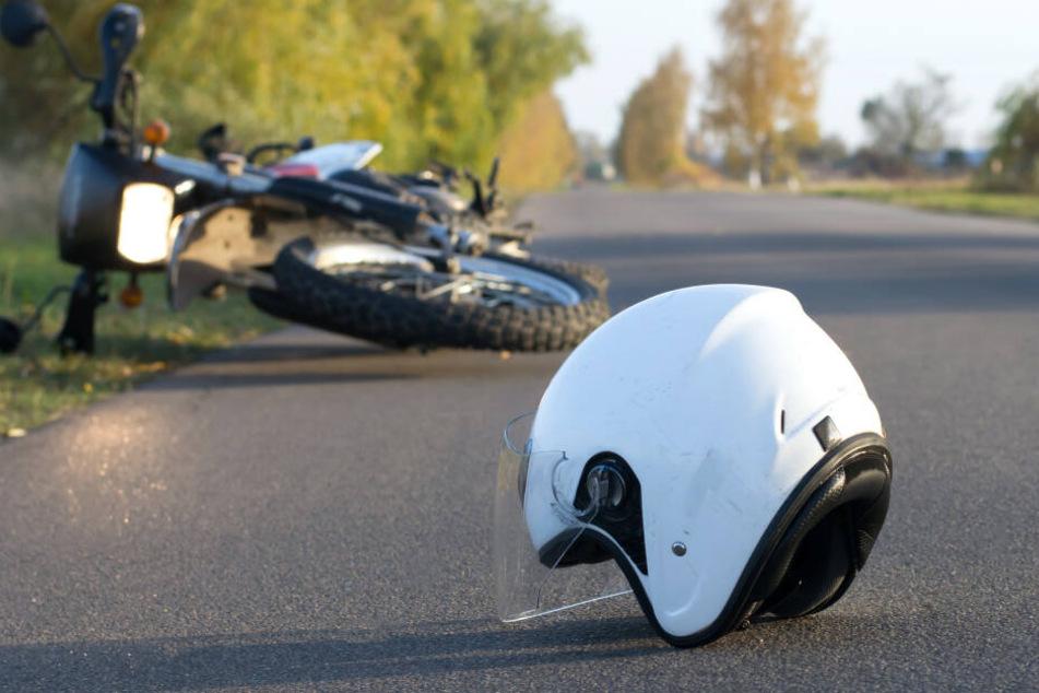 Ohne Helm: Biker bremst, stürzt und stirbt