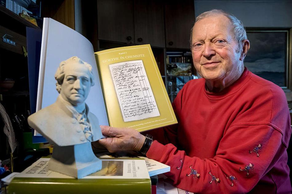 Stolz auf den Fund: Siegfried Arlt (81) zeigt die historischen Berichte über den Goethe-Besuch in Chemnitz.