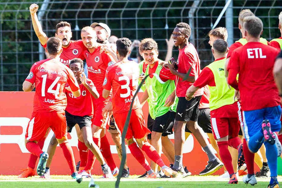 Viktoria Köln bejubelt das zwischenzeitliche 1:0 gegen RB Leipzig.