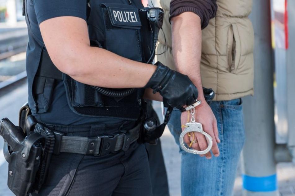 Die Festnahme des Mannes verlief alles andere als friedlich. (Symbolbild)