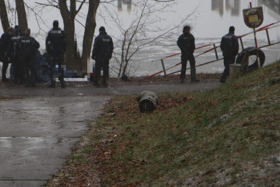 Die Kriminalpolizei untersucht den Leichnam.