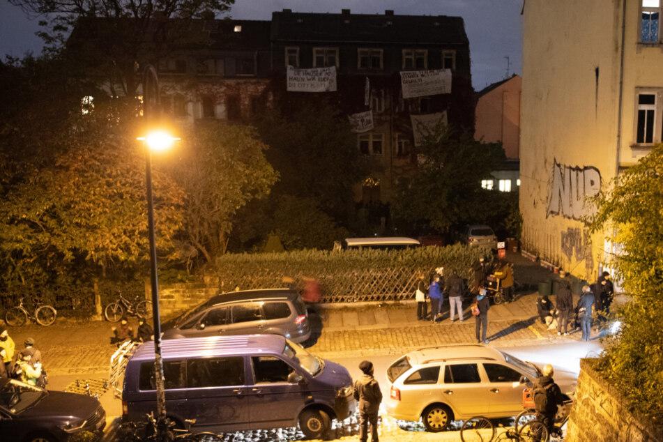 Auch vor dem Gebäude hatten sich Personen versammelt.
