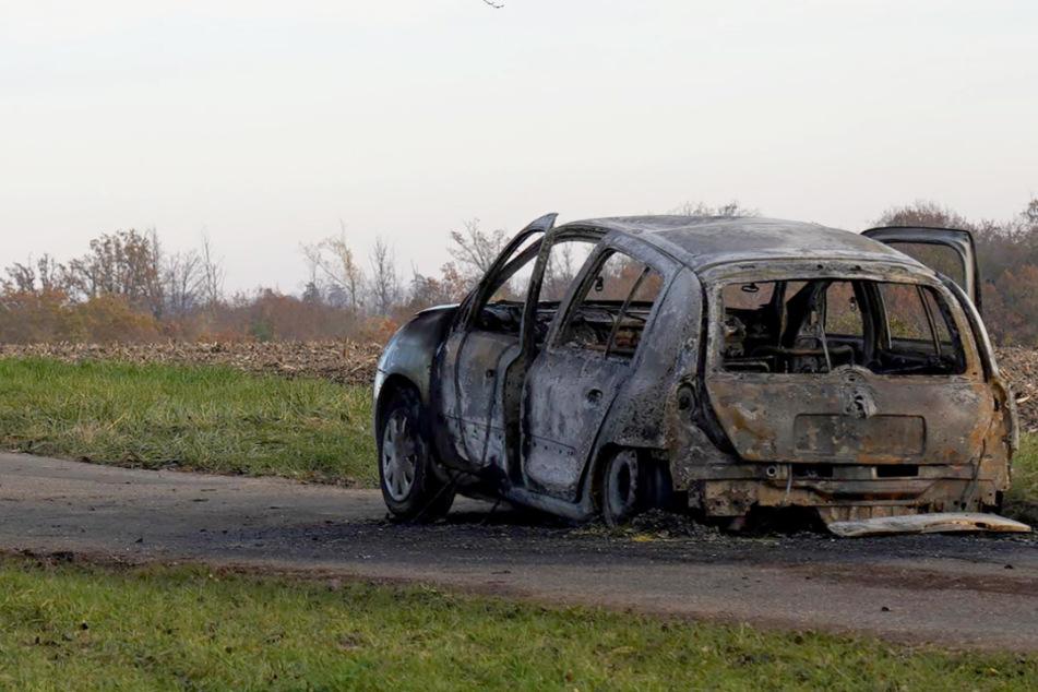 Der völlig ausgebrannte Wagen, in dem die Frau starb.