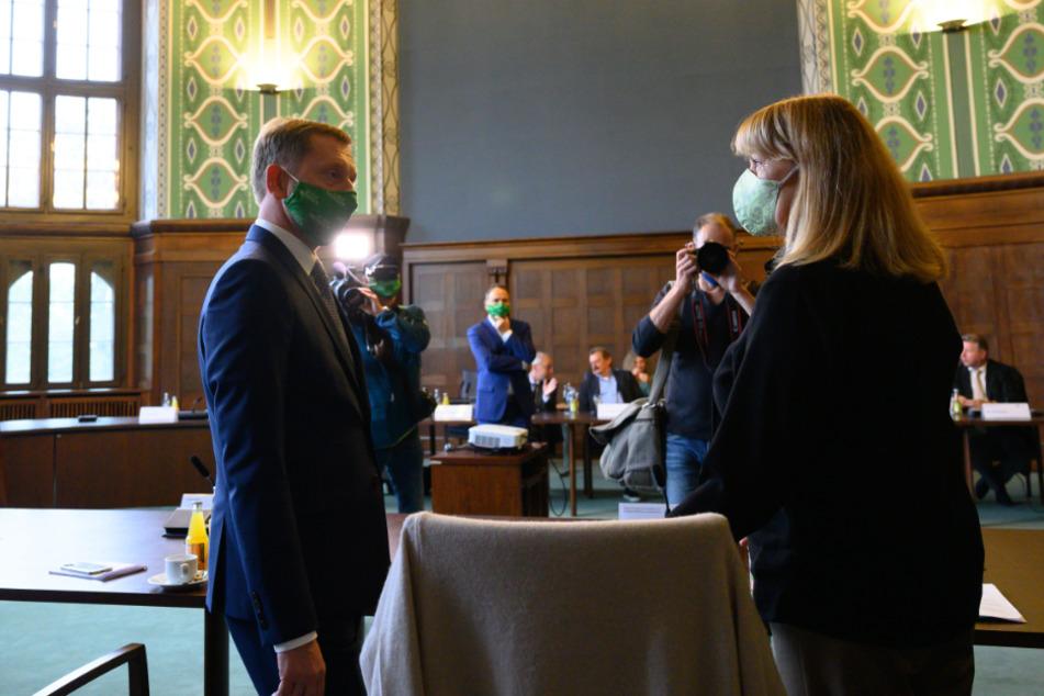 Mit Mundschutz und Abstand stehen sich der sächsische Ministerpräsident Michael Kretschmer (45, CDU) und Sozialministerin Petra Köpping (62, SPD) gegenüber.