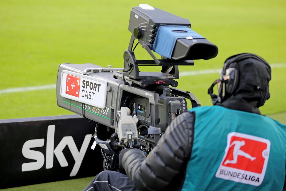 Durch die Corona-Krise gehen den Bundesligisten und Zweitligisten mehr als 150 Millionen Euro TV-Geld flöten. (Symbolbild)