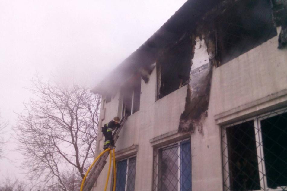 Das Feuer sei in der zweiten Etage des Wohnheimes ausgebrochen.