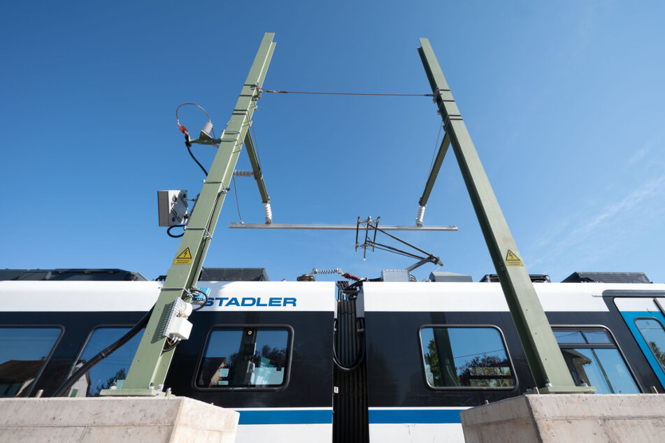 Ein elektronisch betriebener Zug wird auf einem Nebengleis des Bahnhofs Ammerbuch-Pfäffingen an einer Schnellladestation geladen.