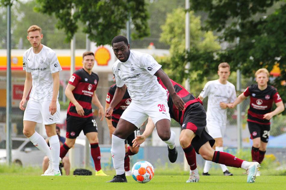 Malcolm Badu (v., am Ball), seit einer Woche beim FSV Zwickau im Probetraining, kam gegen den 1. FC Nürnberg in der ersten Halbzeit zum Einsatz.