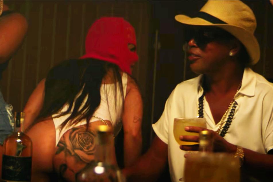 """Ronaldinho (40, r.) wird im Musikvideo zu """"Oclin e Evoque"""" von einer leicht bekleideten Dame angetanzt."""