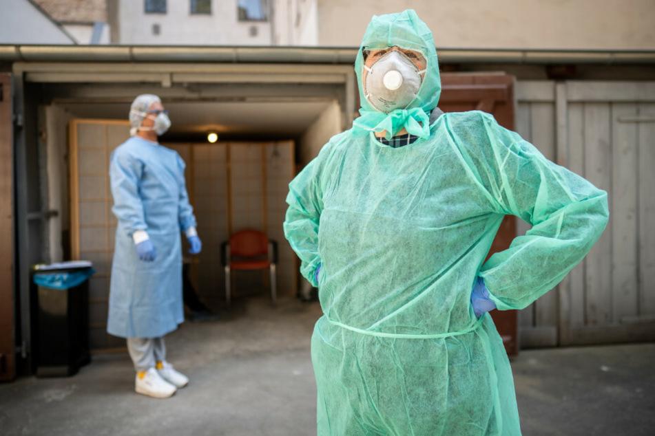 Beate Krupka (r), Fachärztin für Allgemeinmedizin, und Praktikant Jose Persez warten auf Patienten, bevor sie zum Test auf das Coronavirus in einer Garage im Hinterhof der Arztpraxis in Kreuzberg Abstriche vornehmen.