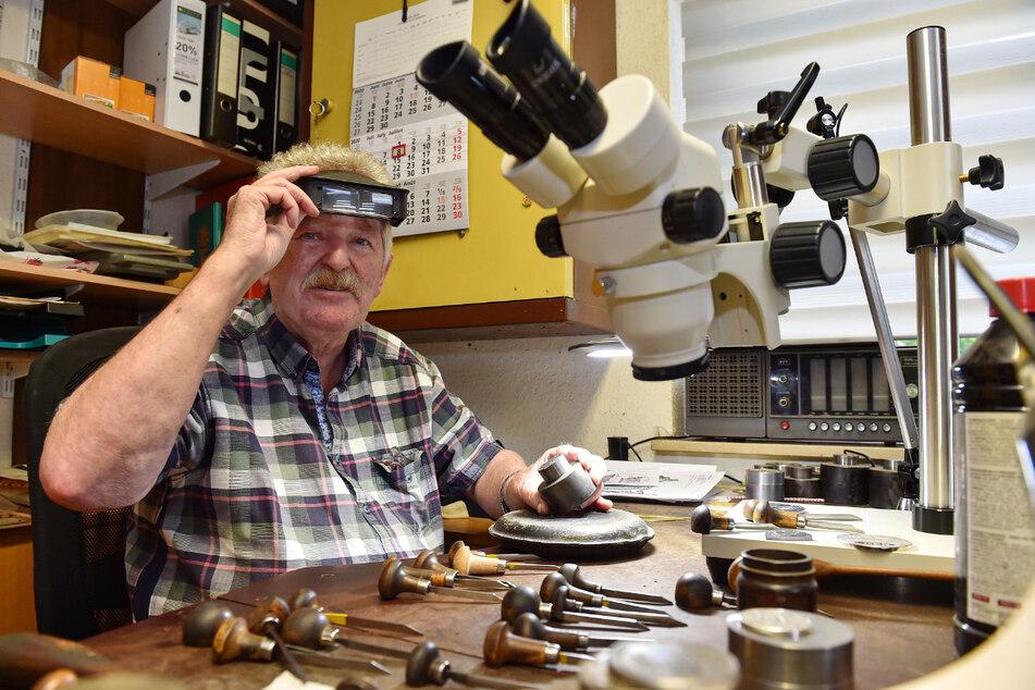 Gravurmeister Ralf Exner (76) fertigt und prägt die Karl-May-Medaille für die Dakota-Indianer.