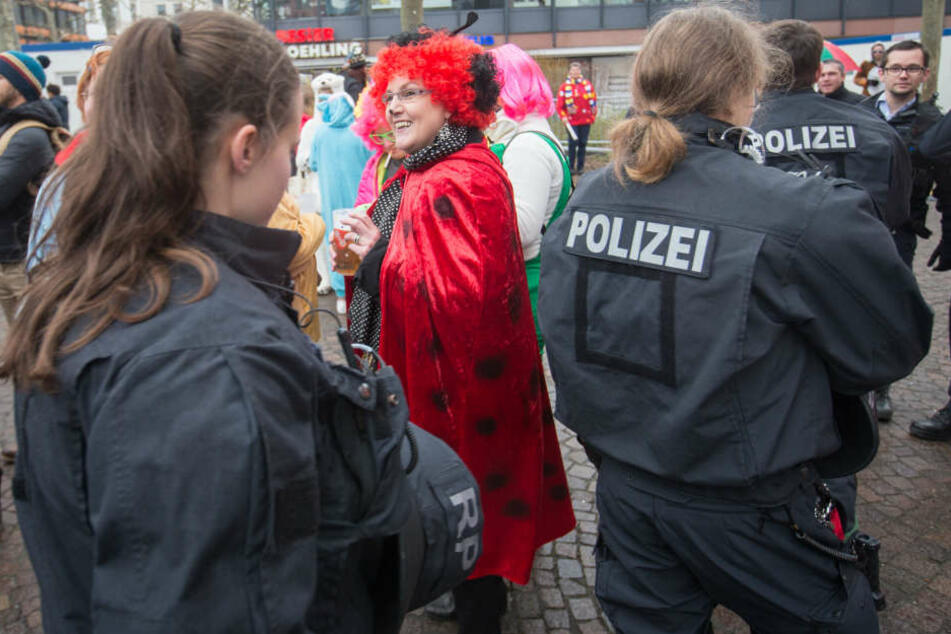 Polizisten patroullieren rund um den Fastnachtsbrunnen, während die Narren den Beginn der Karnevals-Saison feiern. (Archivbild)