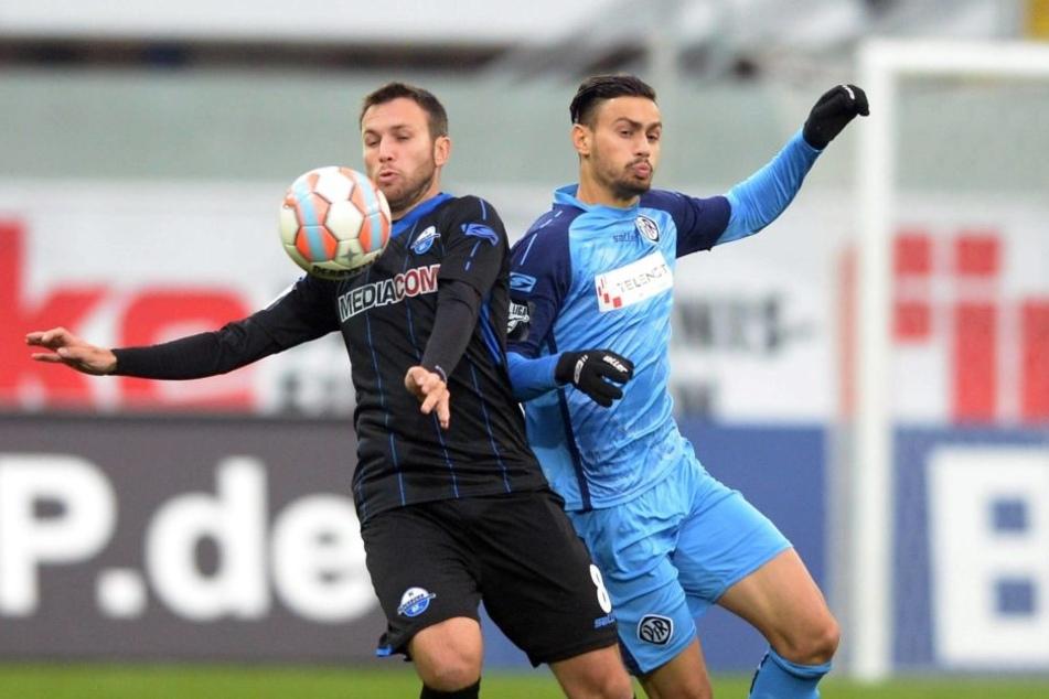 Marc-André Kruska (SC Paderborn) und Alexandros Kartalis (VfR Aalen) kämpfen um den Ball.