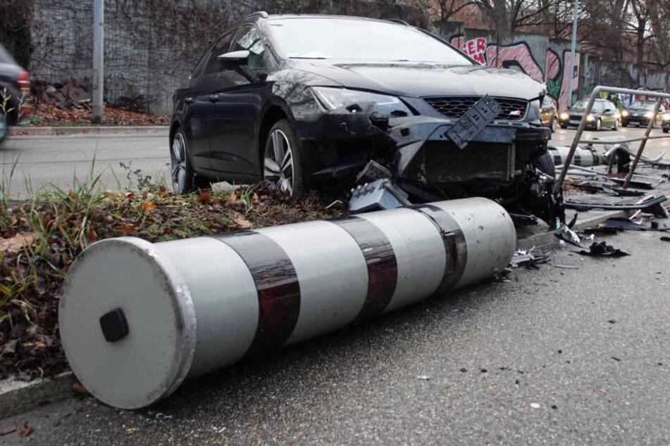 Irrer Crash: Seat-Fahrer mäht gleich zwei Blitzer um!