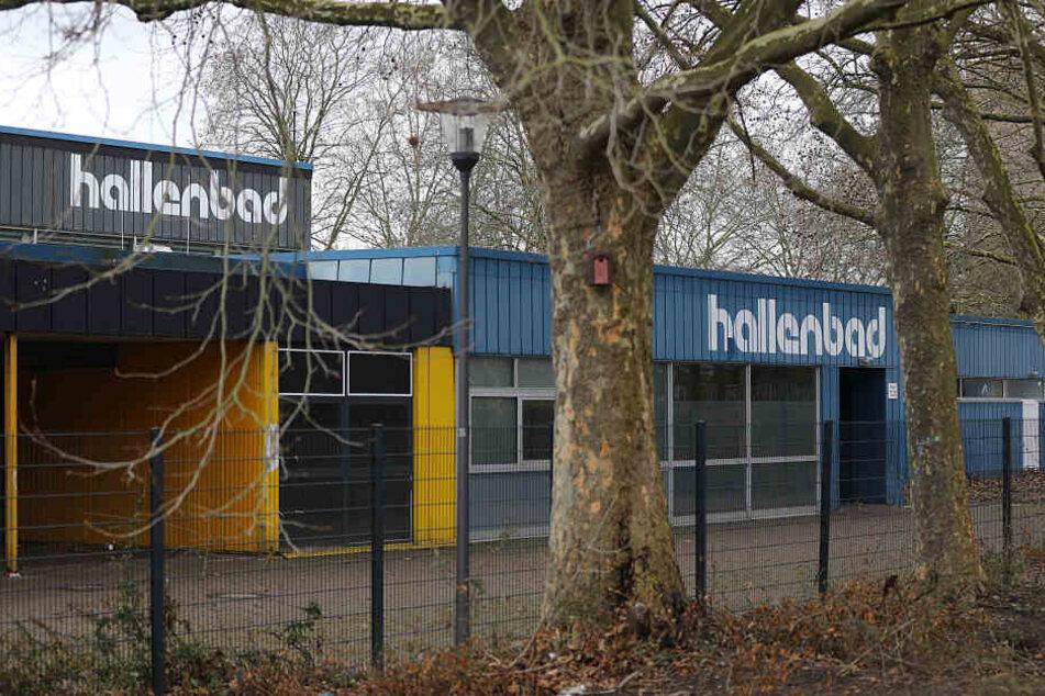 Das ehemalige Hallenbad Köln Weiden wird als Flüchtlingsunterkunft genutzt und steht leer.