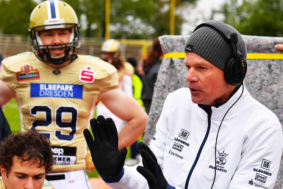 Coach Ulrich Däuber bei taktischen Anweisungen.