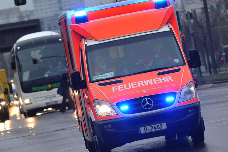Der Jugendliche wurde mit mehreren Knochenbrüchen ins Krankenhaus gebracht. (Symbolbild)