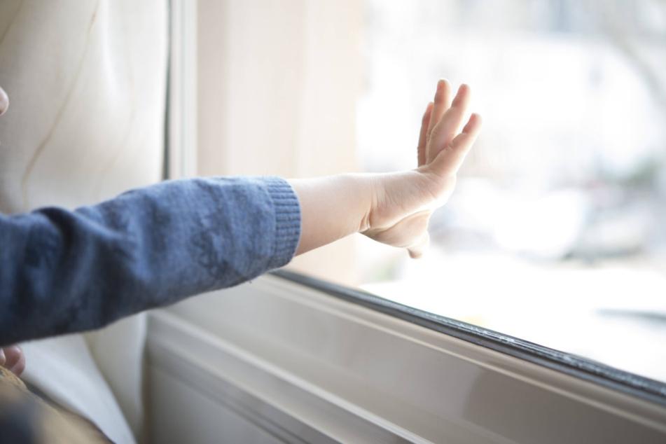 Ein kleines Mädchen aus Arnstadt fiel beim Spielen aus dem Fenster.