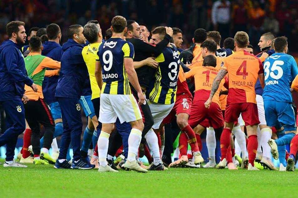 Wüste Schlägerei nach Istanbul-Derby: Drei Platzverweise!