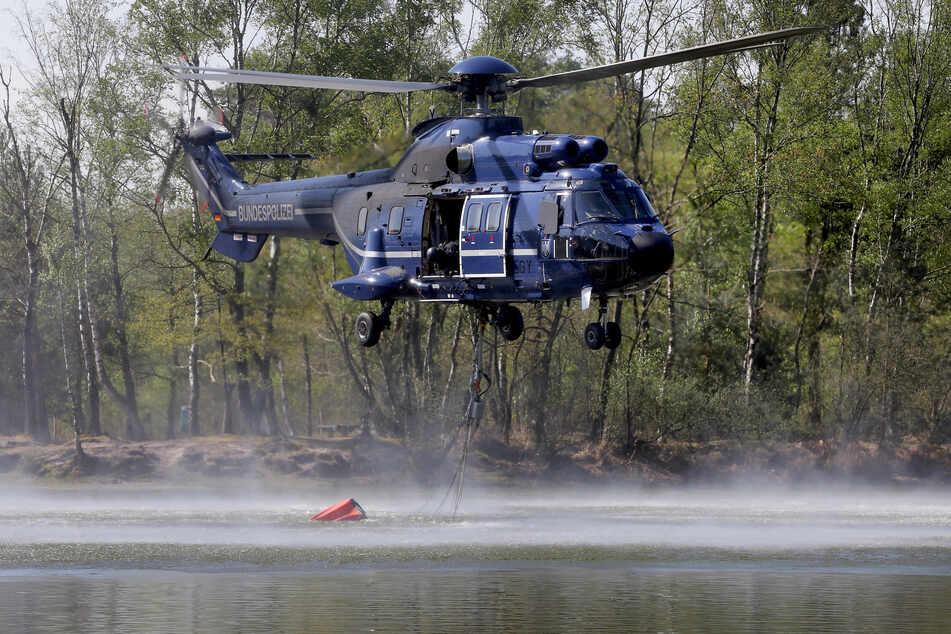 Bei der Brandbekämpfung kamen auch Hubschrauber mit Löschwasser-Außenlastbehälter zum Einsatz.
