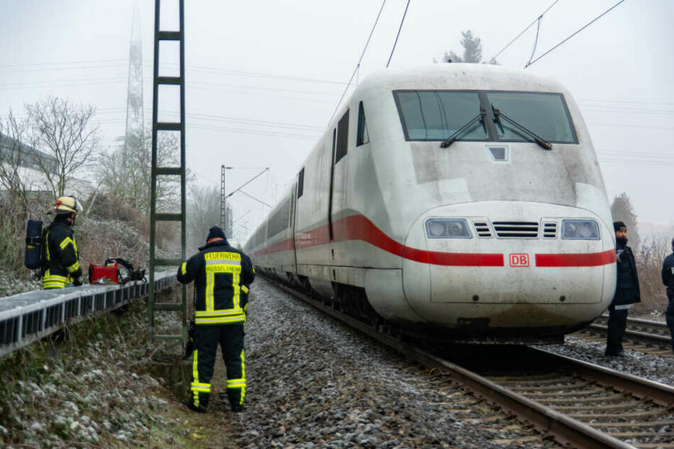 ICE steht nach Oberleitungs-Riss auf freier Strecke: 150 Menschen stecken fest