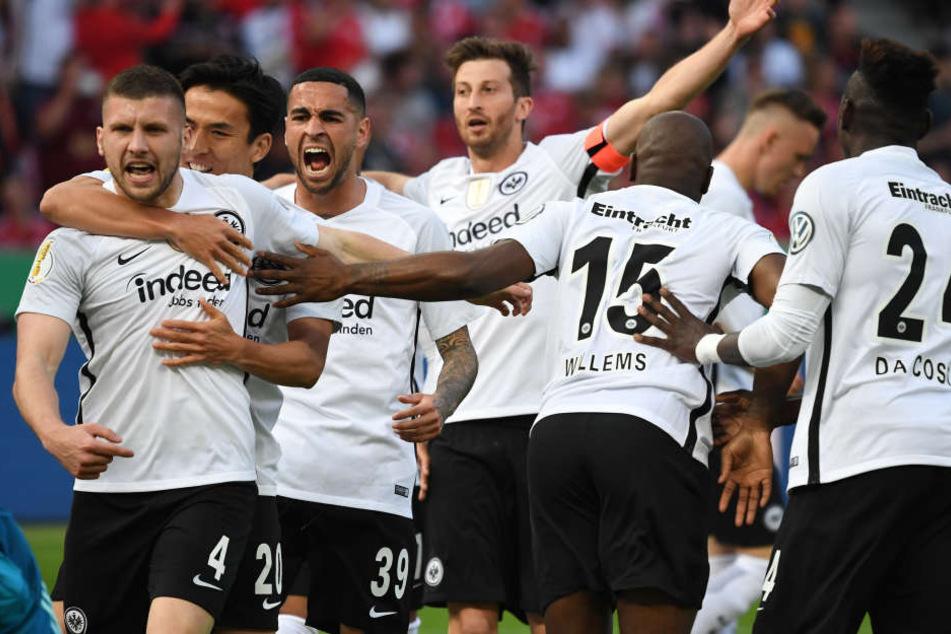 Gemeinschaftlich jubelt es sich am besten. Eintracht Frankfurt ist am Samstagabend DFB-Pokalsieger geworden.
